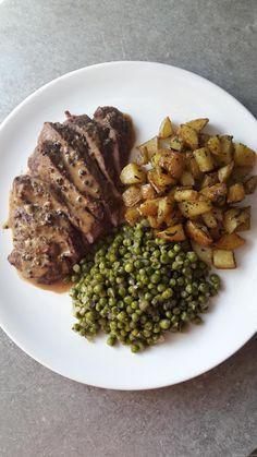 Bifteck sauce au poivre, pommes de terre rissolées et petits pois