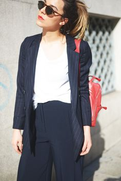 Casual business suit look by Carla Esteve, wearing Mouet Gregal Tortoise Green sunglasses. White t-shirt, stripped navy blue blazer, cropped pants, oxford shoes and red backpack. Unisex Made in Spain eyewear available at: www.mouet.es · Blogger style navy blue outfit