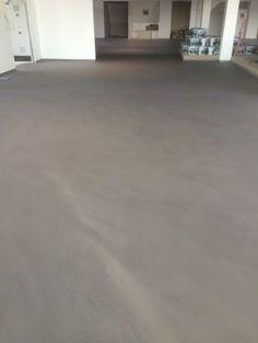 Bodenflächen fugenlos in hervorragender Glätte. 60 verschiedene Farbtöne möglich. #Spachtelboden #IndustrieLook #Mineralico #deutschlandweit http://www.maler-heyse.de/leistungen/moderne-oberflaechen/fugenlose-bodenbelaege.html