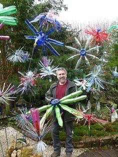 C'est une installation lumineuse composée de fleurs géantes réalisées à partir de milliers de bouteilles en plastique multicolores recyclées. http://www.pariscotejardin.fr/2013/03/flowers-2-0-fleurs-geantes-lumineuses/