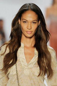 peinados fin de año, pelo castaño muy largo ondulado, bonita idea para las fiestas navideñas