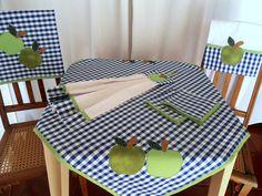 Sua cozinha decorada com produtos Artesanais feitos com exclusividade para você. <br>Conjunto cozinha artesanal com 6 peças. <br> <br>1 toalha de mesa 0,80c, x 0,80cm <br>1 toalha de fogão 0,60cm x 0,60cm <br>2 toalhinhas de 0,30cm x 0,30cm <br>1 pano de prato 0,50cm x 0,70cm em tecido especial <br>1 bate-mão em toalha branca. <br> <br>Todo Conjunto é feito em xadrez vichy azul e branco com aplicações em maçãs verdes. <br> <br>Se você quiser mudar medidas e cores entre em contato conosco.