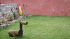 Cavalo de pau e anão de jardim