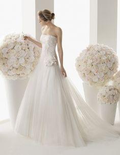 Abito da sposa Modello 002, provalo adesso presso www.magazzinidamico.it la boutique dedicata alla sposa che conta più di 300 modelli differenti.