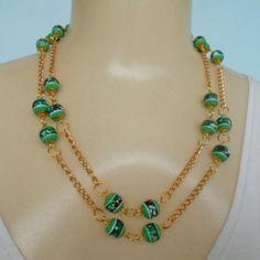 Conjunto feito com contas verde e corrente dourada, colar e brincos. R$ 9,00
