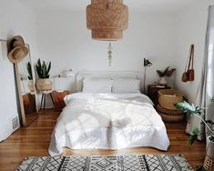 love the low bed the baskets. Maybe a few more plants love the low bed the baskets. Maybe a few more plants The post love the low bed the baskets. Maybe a few more plants appeared first on Schlafzimmer ideen. Minimalist Bedroom, Minimalist Home, Modern Bedroom, Urban Bedroom, Trendy Bedroom, Contemporary Bedroom, Minimalist Furniture, Urban Outfiters Bedroom, Home Design