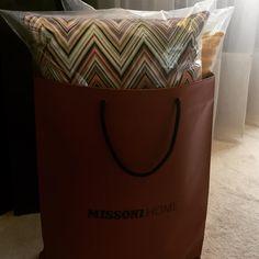 Un colorido almohadón Oketo de @missonihome en nuestro showroom, pronto para entrega. Missoni, Home, Design, Ad Home, Homes, Haus, Houses