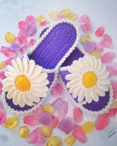 Какая красота – в таких шлёпках ножкам будет тепло и комфортно – Полезные советы хозяйкам Crochet Quilt, Crochet Home, Crochet Dolls, Crochet Stitches, Knit Crochet, Crochet Slipper Pattern, Crochet Slippers, Crochet Patterns, Artisanats Denim