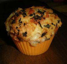 Muffins salés à la tomate, au basilic et à la mozzarella au yaourt Mozzarella, Cupcakes, Pretzel, Scones, Breakfast, Pain, Cooking Ideas, Camping, Google