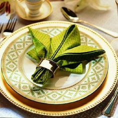 Napkin Fold Tutorials -- Impress your guests with beautifully folded napkins - 35 Beautiful Examples of Napkin Folding  <3 <3