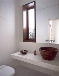 Casa de praia em Iporanga - Banheiro - Madeira e branco ( Projeto: Sandra Picciotto )