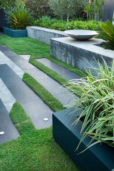 schiefergraue Bodenfliesen und Rasenstücke kombinieren