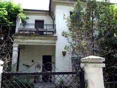 Vivienda unifamiliar en la colonia de la Cruz del Rayo....proyectada por Eduardo Ferrés y Puig, de casas modestas, unifamiliares en línea, para funcionarios del Estado, que podían alquilarse o adquirirse amortizadas a largo plazo.