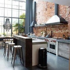 Stoere keuken met industriële accenten, erg leuk met de gevelstenen wand achter de keuken - www.witzand.nl
