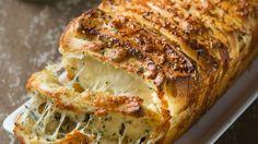 מושחת, מוגזם, מעורר תאווה וגרגרנות. מירב שיינר-דצנ'נקו במתכון לחטא האולטימטיבי - לחם נתלש בסגנון איטלקי עם גבינות, שום ושמן זית