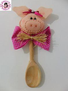 Sara Artesanatos: colher de pau decorada com porquinha de feltro