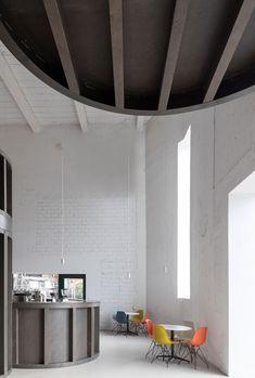 Für den Umgang mit Bestandsbauten gibt es verschiedene Konzepte, die von sensibel bis radikal alles dazwischen einschließen. CHYBIK + KRISTOF ARCHITECTS stellen für ihr House of Wine im mährischen Znojmo zwei gegensätzliche Ansätze einander gegenüber und bieten Weinliebhabern dadurch ein eindrucksvolles Raumerlebnis.   Foto: Alex Shoots Buildings Curved Wood, Bar Interior, Interior Design, Tasting Room, Wine Cellar, Contemporary Architecture, Room Set, Brewery, Restoration