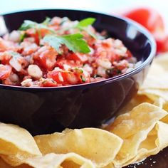 Real authentic pico de gallo salsa recipe straight from Mexico City! Just five simple ingredients (plus an optional chile pepper) makes a perfect chunky style salsa. Mexican Dishes, Mexican Food Recipes, Ethnic Recipes, Mc Intosh, Salsa Fresca, Fresh Tomato Recipes, Most Popular Recipes, Side Dishes Easy, Yummy Appetizers