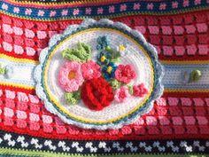 Patroon voor een vrolijk gehaakte bloementas in de stijl van Pipstudio, Oilily enzovoort. Voorbeeld tas is gehaakt met de wol van het merk Populair. Deze tas is gehaakt in 10 verschillende kleuren (totaal 11 bollen benodigd) Patroon met duidelijke uitleg is voor genoemd bedrag Coin Purse, Purses, Etsy, De Stijl, Art, Clutch Bag, Craft Work, Handbags, Purse