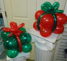 Balloon Sculptured Presents Small Centerpieces Grinch Christmas Decorations, Grinch Christmas Party, Christmas Birthday Party, Christmas Balloons, Christmas Party Themes, Whimsical Christmas, Christmas Diy, Balloon Centerpieces, Balloon Decorations Party