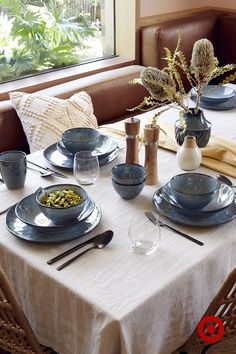 With every piece being slightly different to the next, our reactive glaze dinnerware is gorgeously unique.
