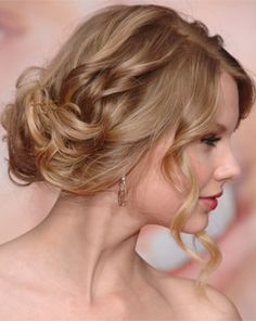 Taylor's standard staple - messy and unstructured loose bun updo. Usually worn low at the nape or off to the side.