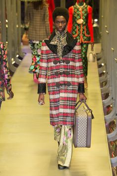 The complete Gucci Fall 2017 Ready-to-Wear fashion show now on Vogue Runway. Catwalk Fashion, Gucci Fashion, Fashion Week, Fashion 2017, Latest Fashion Trends, Fashion Show, Mens Fashion, Milan Fashion, Mode Tartan