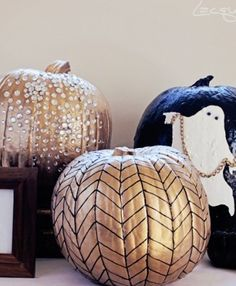 glammed up halloween - gold painted pumpkins Halloween Pumpkins, Halloween Crafts, Holiday Crafts, Holiday Fun, Halloween Decorations, Holiday Ideas, Halloween Party, Festive, Halloween Clothes