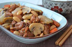 La comida china nos apasiona y es por ello que, a menudo, solemos cocinarla. Hoy os enseñamos a preparar un pollo con almendras chino que os encantará. Tomar nota de una de las recetas más típicas de los orientales:    Ingredientes:    2 pechugas de pollo  1 zanahoria  1 cebolla  100 g de al
