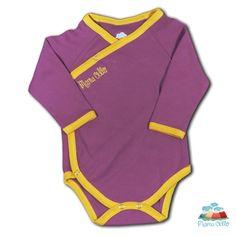 Baby-Wickelbody Langarm Bio-Pima kbA *Pflaume*   Der seidenweiche Pima Wickelbody pflaume/gelb ist besonders für Babys während ihres ersten Lebensjahres geeignet.