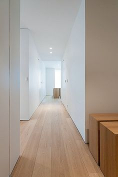 Inrichting appartement up-site toren Brussel – Corridor 2020 Minimalist Home, Minimalist Design, Home Interior Design, Interior Architecture, Light Wooden Floor, Corridor Design, Doors And Floors, Wooden Flooring, White Walls