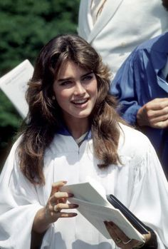 Brooke Shields, Jane Fonda, and more famous women from the and in nostalgic photos from their high school years. Feathered Bangs, Feathered Hairstyles, Brooke Shields Young, Aesthetic Women, 80s Hair, Actrices Hollywood, Iconic Women, Pretty Baby, Love Hair