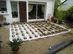 Tutoriel expliquant comment poser une terrasse en bois composite sur lambourde et plots réglables (lames composites castorama blooma)