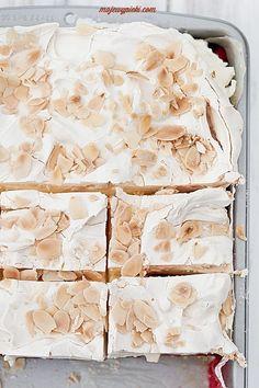 raspberry cloud raspberries in raspberry jelly, crunchy meringue cake with almonds Yummy Treats, Sweet Treats, Yummy Food, Just Desserts, Dessert Recipes, Short Pastry, Meringue Cake, Vanilla Cream, Calzone