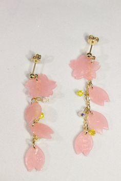 樹脂粘土「すけるくん」で作った桜の花びらを使ったイヤリングです。河津桜をイメージして、少し濃いめのピンク色の桜の花びらと、黄色のスワロフスキービーズを散りばめ...|ハンドメイド、手作り、手仕事品の通販・販売・購入ならCreema。