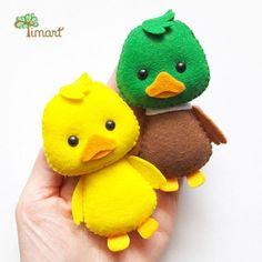 Digital Handout - Ducklings - Pocket version in felt. Get yours at the official store ( Fabric Toys, Felt Fabric, Felt Crafts Patterns, Needle Felting Tutorials, Felt Baby, Felt Birds, Sewing Toys, Felt Toys, Felt Christmas