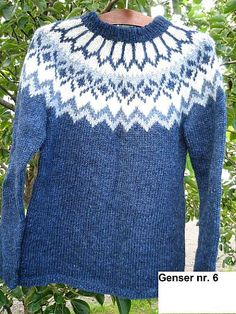 Blå islandsgenser Icelandic Sweaters, Cozy Sweaters, Textiles, Ethnic Patterns, Knits, Ravelry, Knitting Patterns, Knit Crochet, Pullover