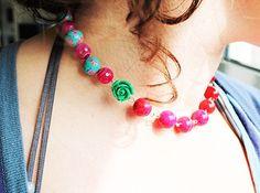werkbeschrijving om een halsketting met rode parels te maken.
