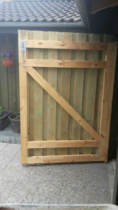 Inderside af port Inside of gate Wood Fence Gates, Garden Gates And Fencing, Wooden Gates, Diy Fence, Garden Doors, Building A Wooden Gate, Building A Fence, Diy Carport, Diy Garage Door