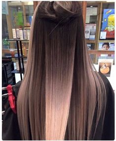 What exactly is Balayage Hair and why do we love it so much? As the name implies, Balayage is a French technique whose goal is to color the hair by adding very soft and. Hair Color Balayage, Blonde Balayage, Bayalage, Brown Balayage, Blonde Color, Hair Colour, Brunette Ombre, Hair Styles Brunette, Mid Length Hair
