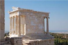 Tempietto di Atena Nike o Nike Àptera (senza ali), anfiprostilo in pietra calcarea rivestita di marmo, su progetto di Kallikrates, 420 a.C. Atene, acropoli