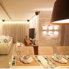 Decoração sala pequena - Quando a iluminação destaca ainda mais um projeto Destaque para o revestimento com textura e relevo {Projeto: Larissa Catos Arquitetura}