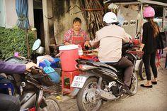 Thai style drive-through only for motorcycle on the sidewalk  歩道の屋台で買い物する人たち バイクに乗ったまま朝ごはんをお買い物行列 まぁバイクが歩道走ってたりするし逆走  あぁタイスタイル . . #thailand #bangkok #foodtruck #drivethrough #scenery #タイ #バンコク #屋台 #ドライブスルー #風景 #タイの日常