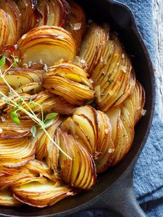 Crispy Thyme Roasted Potatoes recipe by Ina-Janine Johnsen Roasted Potato Recipes, Roasted Potatoes, Norwegian Food, Recipes From Heaven, Vegetable Dishes, Delish, Side Dishes, Food Porn, Food And Drink