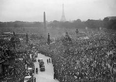 Un million de Parisiens et de banlieusards se rassemblent aux Champs-Elysées pour acclamer le général de Gaulle, au lendemain de la libération de Paris.