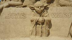 Toukokuun 4. päivä vietetään Star Wars -päivää, joka juhlistaa samannimistä elokuvasarjaa, joka suomeksi tunnetaan nimellä Tähtien sota. Star Wars -päivänä on tapana toivottaa May the Fourth be with you, joka sekä viittaa itse juhlapäivään että on Film Star Wars, Star Wars Day, Movie Facts, Fun Facts, Movie Trivia, Free Comic Books, Wadi Rum, Mom Cards, Mark Hamill