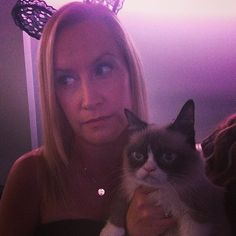 Angela Kinsey posed with Grumpy Cat.