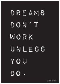 Ansichtaart met quote dreams don't work unless you do. Stoere zwart-wit kaart met inspirerende tekst, leuk als decoratie of om te versturen.