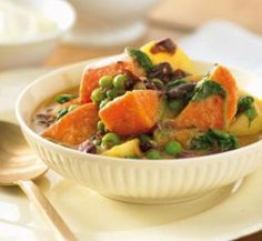 Sweet potato curry ... potatoes, kidney beans, peas, spinach, br rice ... this looks so good !!!  All those nutritious colors  <3