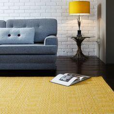 Tapis design à lignes géométriques jaune et blanc en coton et laine. Le look contemporain de ce tapis tissé main en Inde vous ravira. #tapis #jaune #déco #salon